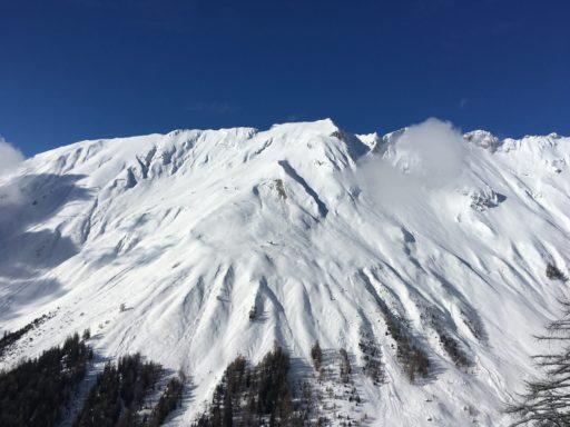 Die tiefverschneiten Berge