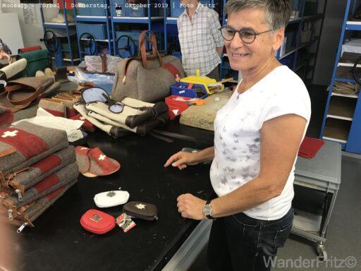 Frau Karlen zeigt uns ihre Werkstatt und die Produkte