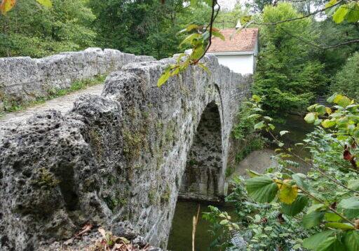 Schöne Bogenbrücke über die Glâne